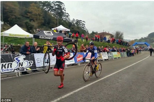 Watch: Selfless cyclist refuses to overtake rival who ran to the finish line after puncturing